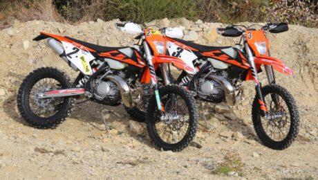 Auf den ersten Blick nicht zu unterscheiden: KTM EXC 300 TPI (links) und 250 TPI
